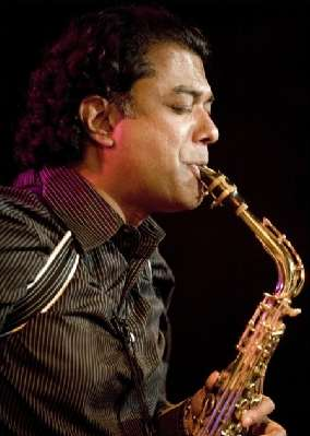 Rudresh am Sax klein.jpg